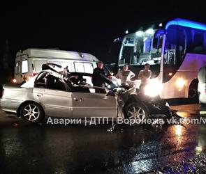 Появились фото ДТП с иномаркой, протаранившей фуру в Воронеже: водитель ранен