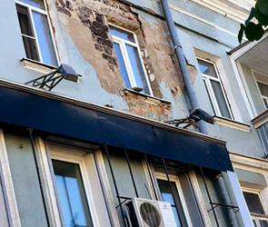 В центре Воронежа на головы прохожим падают огромные глыбы штукатурки (фото)