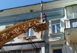 В Воронеже начали ремонт аварийного фасада с падающими пластами штукатурки -фото