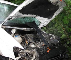 В Воронеже пьяный водитель протаранил и снес столб: тяжело ранены двое (фото)
