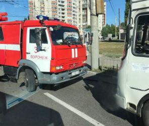В Воронеже на улице Космонавтов загорелась маршрутка с пассажирами