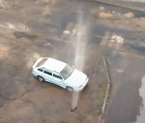 Семиметровый фонтан кипятка, бьющий из-под земли, сняли на видео в Воронеже