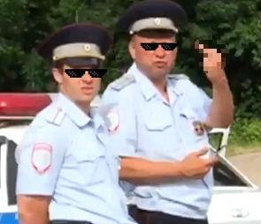 На видео попал инспектор ДПС, показывающий неприличный жест водителю-подростку