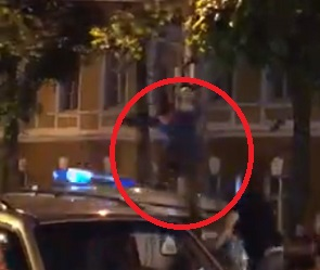 После матча: Прыгавшего на машине МВД воронежца жестоко избили дубинками – видео