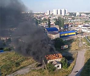 Воронежцев напугал огромный пожар на складе в районе авторынка (видео)