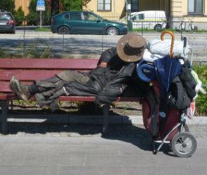 Жителей Воронежа испугал бездомный, следящих за их детьми во дворе