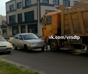 Появились фото ДТП с фурой на Крестах в Воронеже, создавшего серьезную пробку