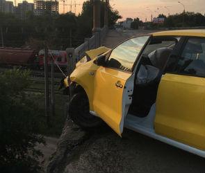 В Воронеже такси чуть не вылетело с моста после ДТП