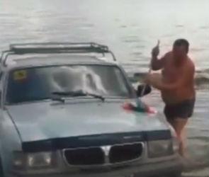 Воронежец помыл машину в реке и стал героем курьезного видео