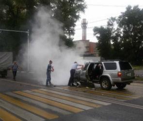 Воронежские полицейские спасли людей из загоревшегося после ДТП внедорожника
