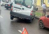 В Воронеже микроавтобус провалился в яму на дороге