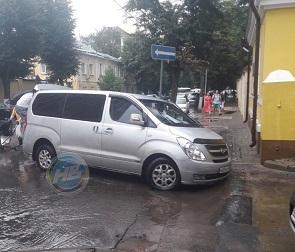 В центре Воронежа под ехавшей машиной провалился асфальт