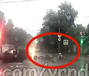 В Воронеже на залитой ливнем дороге иномарка сбила мотоциклиста – видео ДТП