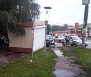 Легковушка протаранила киоск в Воронеже: последствия ДТП попали на видео