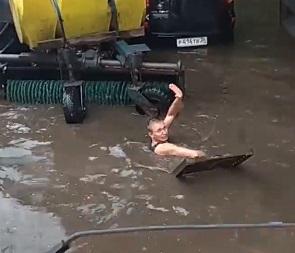 Необычный способ очистки ливневок показали воронежские коммунальщики на видео