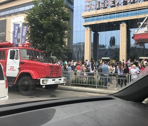 Стали известны причины скопления пожарных машин возле «Галереи Чижова» - фото