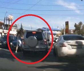 Дорожные разборки с двумя взбешенными автоледи сняли на видео