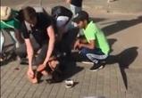Расправа толпы с неадекватной «судьей» на тротуаре в Воронеже попала на видео