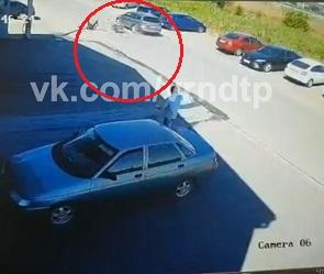 Подросток-байкер влетел под авто в пригороде Воронежа: момент ДТП попал на видео
