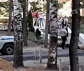 Появилось видео драки из-за батутов и ареста хулиганов в парке Динамо в Воронеже