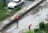 Воронежцев рассмешили дорожники, вычерпывающие лопатами воду из огромной лужи