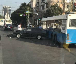 Улица Плехановская парализована из-за ДТП с автобусом и ВАЗом