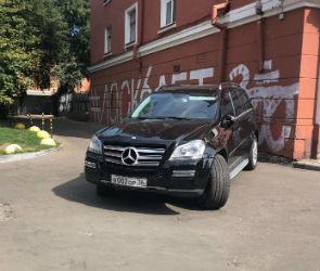 «Мерседес» с номерами «вор» на два дня перекрыл выезд из двора в центре Воронежа