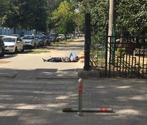 На видео попали «наркоманы», загорающие на тротуаре возле детсада в Воронеже