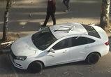 В центре Воронежа сухая ветка пробила крышу и стекла автомобиля «Лада Веста»