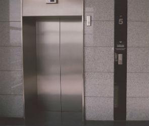 В Воронеже взрослый мужчина ограбил 14-летнего мальчика в лифте