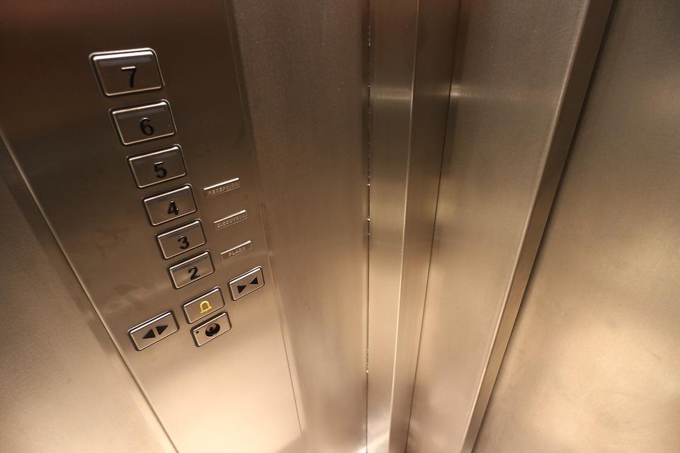 Из-за ремонта лифтов пожилые жильцы многоэтажки не могут попасть в свои квартиры