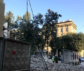 В центре Воронежа часть стены «дома-убийцы» рухнула на иномарку - фото