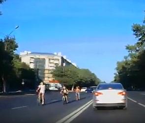 Опасную езду воронежских детей-велосипедистов показали на видео