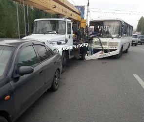На левом берегу Воронежа автобус с пассажирами протаранил грузовик