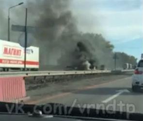 Полыхающий на федеральной трассе под Воронежем автомобиль сняли на видео