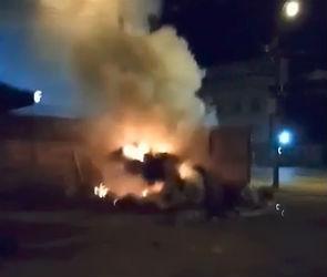 В Воронеже загорелась мусорка, которую неделями не вывозят коммунальщики (ВИДЕО)