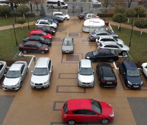 Чтобы не платить за парковку, воронежцы ставят машины в сквере