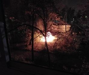 На видео сняли ночной пожар на парковке в Воронеже
