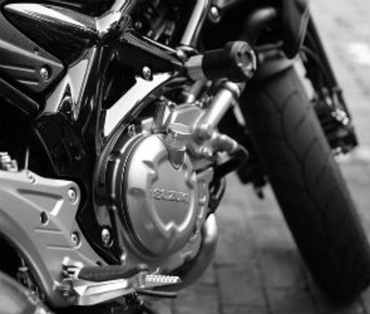 В Воронеже 26-летний мотоциклист разбился, врезавшись в препятствие