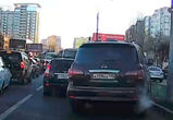 Водителя «Инфинити» с номерами ААА оштрафовали за объезд пробки по газону