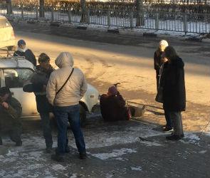 В центре Воронежа жители ложатся под машины, мешая демонтажу шлагбаума