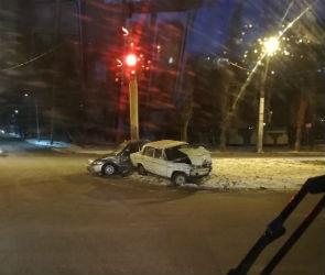 Мужчина и женщина серьезно пострадали в столкновении ВАЗа и «Дэу» в Воронеже