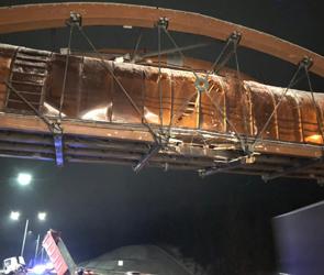 Под Воронежем фура протаранила надземный пешеходный мост: пострадали двое (фото)