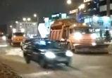 На видео сняли опасные маневры воронежских водителей, подрезающих снегоуборщики