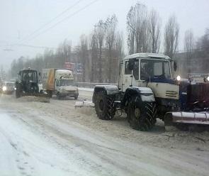 В Воронеже продолжают устранять последствия снегопада