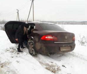 Под Воронежем автомобилистка с детьми застряла в сугробе
