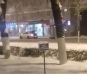Опасные зимние развлечения на улице в Воронеже попали на видео