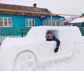 Воронежец слепил себе из снега внедорожник