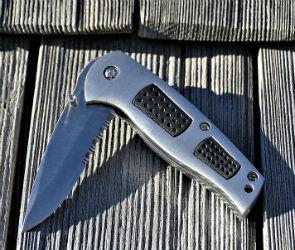 Воронежец из-за денежного долга изрезал ножом знакомого в переулке