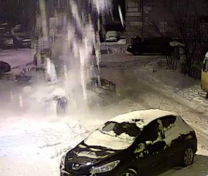 Сход снежной лавины на крышу машины в воронежском дворе попал на видео